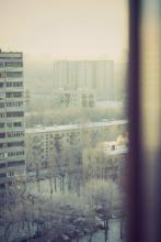 Зимняя улица через окно