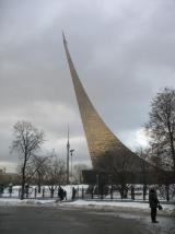 Музей космонавтики на фоне хмурого зимнего неба